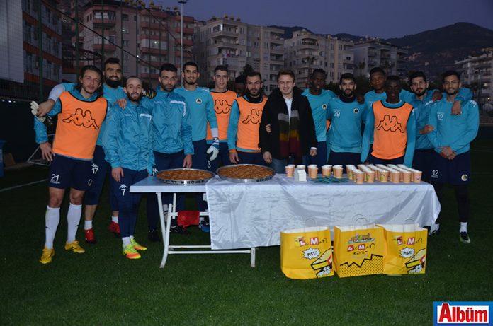 Leman Kültür müdürü Sercan Tiriş Alanyaspor oyuncularına baklava ikram etti
