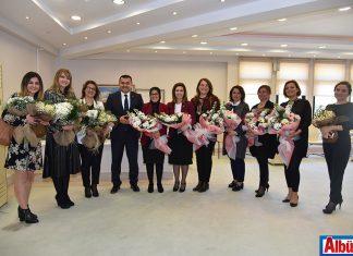 Adem Murat Yücel kadın üyelere çiçek verdi
