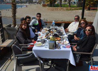 Benjamin Isaacie ve dostları da En Vie Beach'teydi.