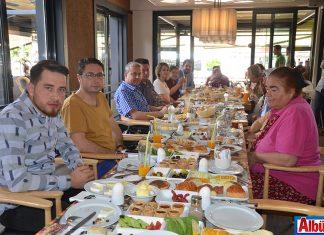Erkan Cebeci huzurevi sakinlerini kahvaltıda ağırladı