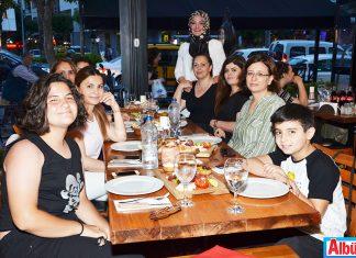 Rukiye Okşar ve arkadaşları iftarı Deli Kasap'ta yaptı