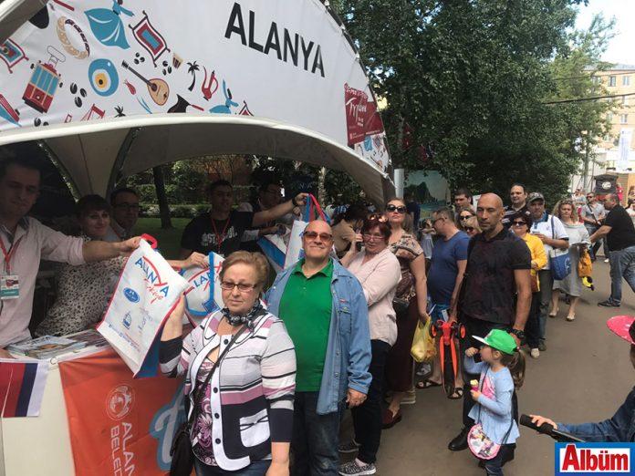 """Rusya'nın en büyük parkı Krasnaya Presnya'da düzenlenen """"Türkiye Festivali""""ni 200 bin Rus ziyaret etti."""