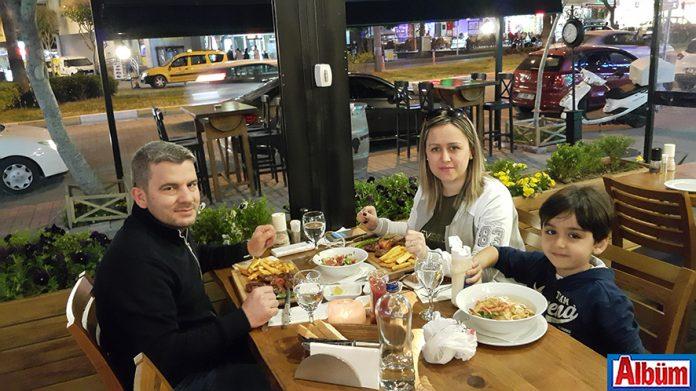 Veteriner Hekim Meltem Arslan, doğum gününü eşi Mustafa Arslan ve oğlu ile birlikte Deli Kasap'ta kutladı.