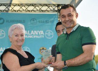 En Güzel Bahçe' kategorisinin birincisi Lidiia Perepletchikova, ödülünü Alanya Belediye başkanı Adem Murat Yücel'in elinden aldı.