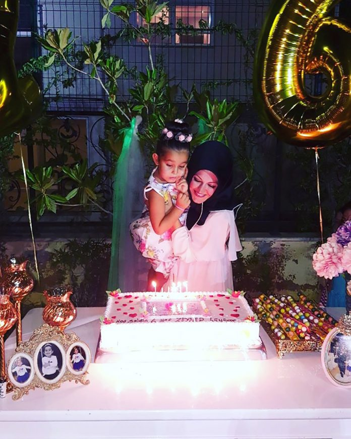 Rukiye Okşar ve Zeynep doğum günü pastasının üzerindeki mumları hep birlikte üflediler