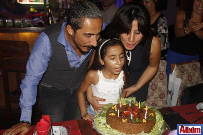 Aziz Bağcı, Kestel Akdeniz İlkokulu'nda öğretmen eşi Arzu Bağcı'ya sürpriz bir doğum günü partisi organize etti.