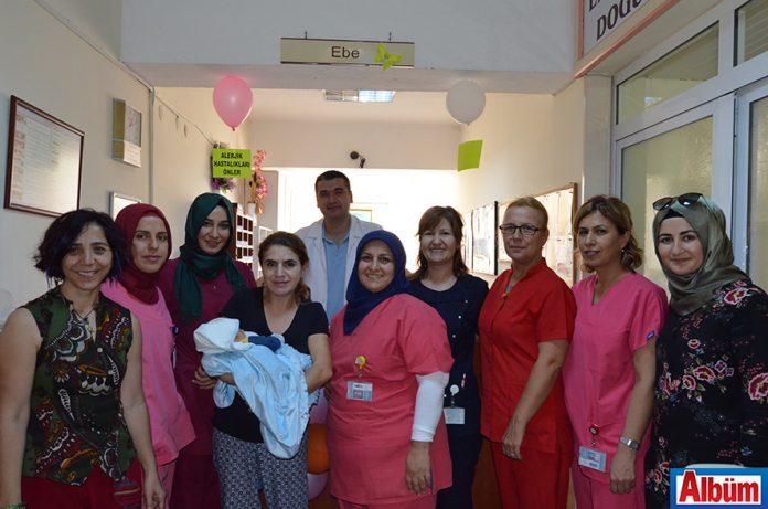 1-7 Ekim Emzirme Haftası kapsamında ALKÜ Alanya Eğitim ve Araştırma Hastanesi Yönetim Birimi, yeni doğum yapan anneleri ve bebeklerini ziyaret etti.