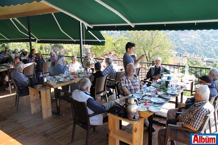 Tepe Mahallesi'nde bulunan Kurşunlu Seyir Restoran, Alanya Huzur Evi sakinlerini düzenledikleri kahvaltı etkinliğiyle ağırladı.