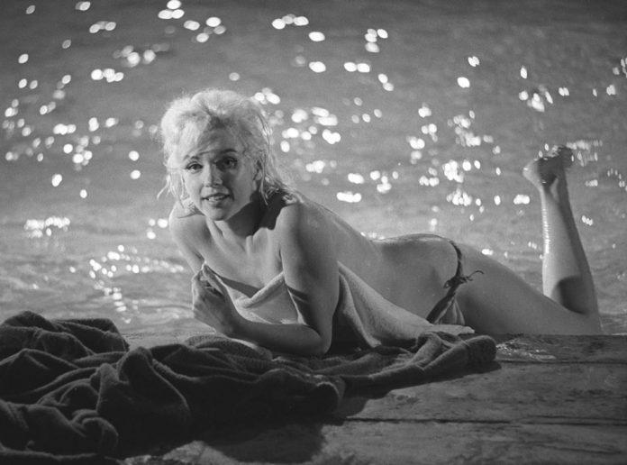 Sinema tarihinin efsane güzeli Marilyn Monroe'nun havuz başı pozları açık artırmayla satılacak.