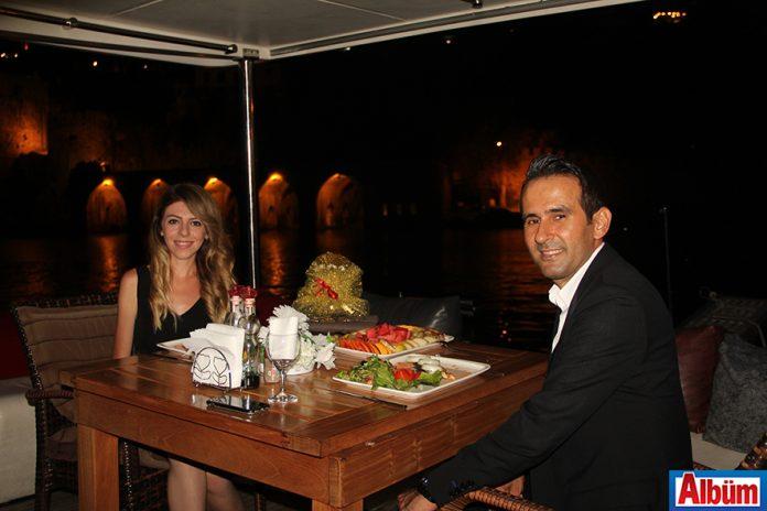Mustafa Yüzen, eşi Merve Yüzen ile evliliklerinin birinci yıl dönümüne özel romantik kutlama organize etti.