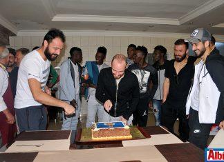 Efecan'a sürpriz kutlama