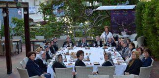 Alanya Kadınları Yardımlaşma Derneği Başkanı Nurcan Okan, dikiş kursundan birlikte mezun olduğu dostlarını ağırladı.