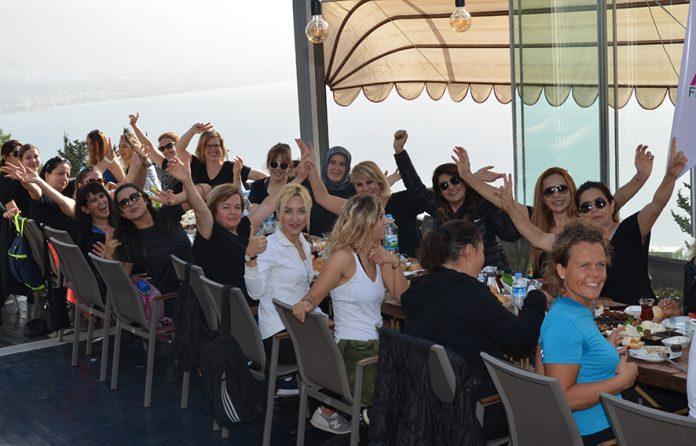 Aura Fitness Kadınları Kale'deydi Alanya'nın ünlü spor merkezi Aura Fitness'ın kadın üyeleri geçtiğimiz hafta Alanya Kalesi'ne tırmandılar Aura Fitness ailesinin kadınları yürüyerek Alanya Kalesi'nin zirvesinde bulunan Muhtar'ın Yeri Restoran'a çıktılar. Kale yolunda bol bol hatıra fotoğrafı çekinen kadınlar, Muhtar'ın Yeri Restoran'da mükellef bir kahvaltı ile kendilerini ödüllendirdiler. Öğle saatlerine kadar mekanda kalan ve sohbet eden kadınlar, keyif kahvesini ise Promilli Ayaküstü Kahve'de yaptılar. Kale'den yürüyerek önce Kleopatra Plajı'na inen ve ardından Güzellyalı Caddesi'nin sonuna kadar yürüyen kadınlar buradaki Promilli Ayaküstü Kahve'de yorgunluk attıktan sonra, en kısa sürede yeniden aynı turu yapmak için birbirlerine söz verdiler.