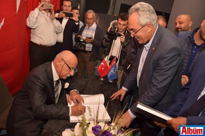 Hüseyin Baba, AK Parti Antalya Milletvekili İbrahim Aydın için kitabını imzaladı.
