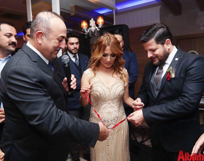 Nişan yüzüklerini Bakan Çavuşoğlu taktı