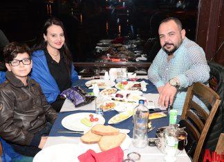 Ali Yıldız ve ailesi iskele manzarasında keyifli bir akşam geçirdi.