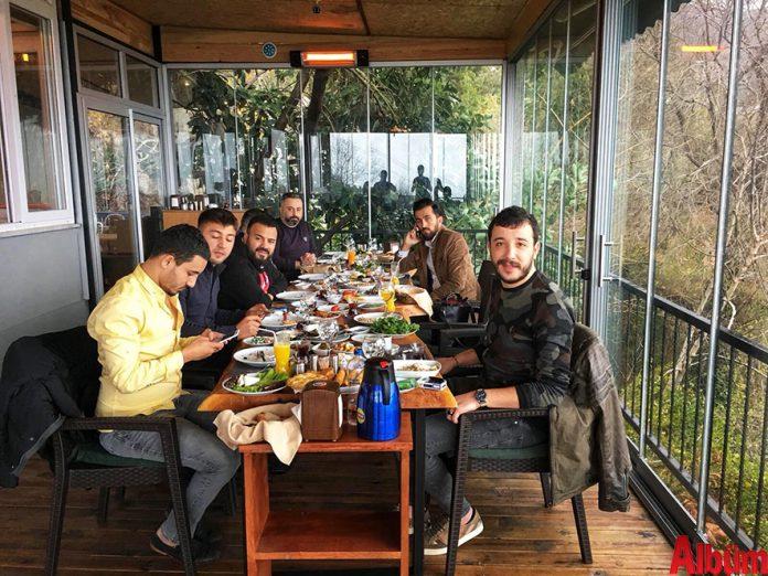 Konser programı kapsamında Alanya'ya gelen ünlü şarkıcı Ahmet Parlak, Kurşunlu Seyir Restoran'da Alanya'ya özgü muhteşem bir kahvaltı yaptı.