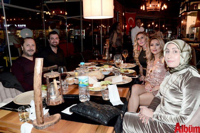 Mezze Grill Ocakbaşı Restoran sahibi Mesna Yüzalan, eşi Derman Yüzalan ve dostları yeni yıla birlikte girdiler.
