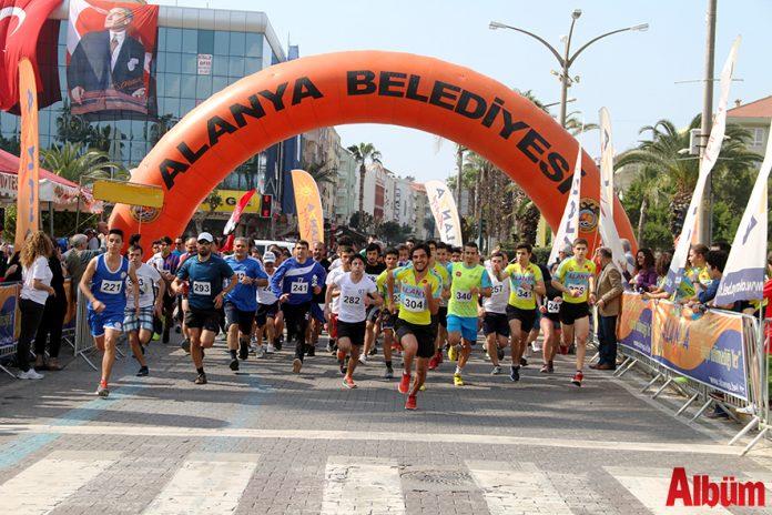 """""""Atatürk'e Koşalım, Atatürk'le Koşalım"""" sloganı ile düzenlenen 18. Alanya Atatürk Yarı Maratonu ve Alanya Halk Koşusu 25 Şubat Pazar günü gerçekleştirilecek."""