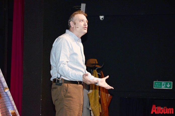 Ünlü sanatçı Levent Üzümcü, 'Anlatılan Senin Hikayendir' adlı tek kişilik oyunuyla Alanya Kültür Merkezi'nde (AKM) sevenleriyle buluştu.