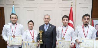 Alanya Alaaddin Keykubat Üniversitesi (ALKÜ) Aşçılık Takımı 1. Çorum Aşçılar ve Pastacılar Şampiyonası'ndan birincilik kupasıyla döndü.