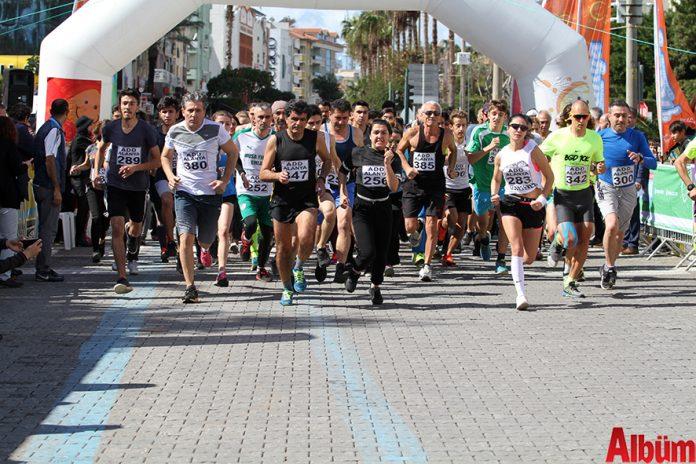 'Atatürk'e Koşalım, Atatürk'le Koşalım' sloganı ile düzenlenen 18. Alanya Atatürk Yarı Maratonu ve Alanya Halk Koşusu 387 kişinin katılımı ile gerçekleştirildi. Yarışın ilk startını Alanya Belediye Başkanı Adem Murat Yücel verdi.