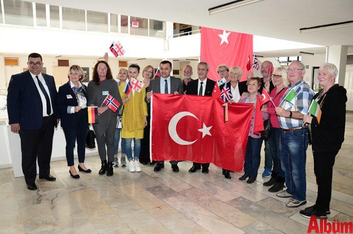 Alanya Yabancılar Meclisi'nin aylık olağan toplantısı gerçekleştirildi. Alanya Belediye Encümen Toplantı Salonu'ndaki toplantıya üyeler Türk ve kendi ülkelerinin bayraklarıyla katılarak Suriye'deki Zeytin Dalı Operasyonu'nda Türkiye'nin yanında oldukları mesajını verdi.