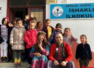 Nilbanu Engindeniz ve Kerem Sezer köy okullarındaki öğrencilerle birlikte hatıra fotoğrafı çektirdi.
