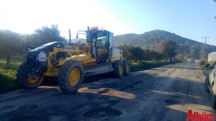 Antalya Büyükşehir Belediyesi Alanya Kırsal alan ekipleri, geçtiğimiz hafta etkili olan şiddetli yağış ve fırtına sonrası, heyelan ve çökme sonucu bozulan ve çukurlar meydana gelen kırsal mahallelerin grup yollarında bakım ve onarım çalışmalarını aralıksız sürdürüyor.