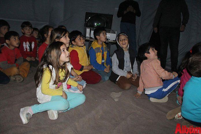 Antalya Büyükşehir Belediyesi, ilçe okullarda Planetaryum (Gezegen Evi) gösterisiyle çocukların güneşin, yıldızların, gezegenlerin ve diğer gök cisimlerinin yapay görünümleri hakkında bilgi sahibi olmalarını sağlıyor.
