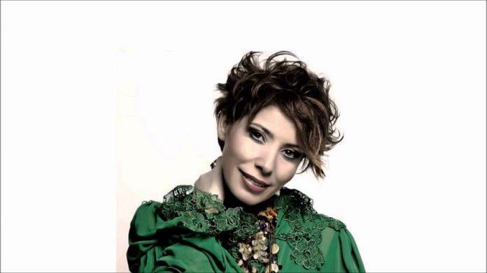 Şarkıcı İntizar, küçükken sarışın ve yeşil gözlü olduğunu, akrep sokunca ten renginden göz rengine kadar her şeyin değiştiğini söyledi.