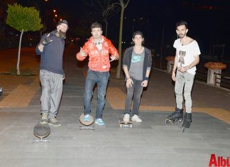 Alanya'da longboard giderek yayılıyor. Her yaştan kişinin tercih ettiği longboard ile sokaklarda birlikte özgürce gezen gruplar hem spor yapıyor hem de eğleniyor.