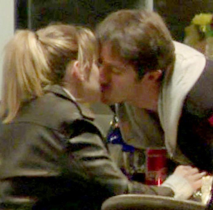 Ünlü oyuncu Farah Zeynep Abdullah, yeni sevgilisi Ahmet Rıfat Şungar ile aşk yaşamaya başladı. İkili öpüşürken görüntülendi.