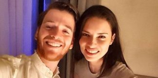 """Ayrıldıkları yönünde haberler çıkan ünlü model Adriana Lima, sevgilisi Metin Hara'yla fotoğrafını """"Kral"""" ve """"Kraliçe"""" notuyla paylaştı."""