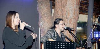 Alanya Çay Bahçesi'nde sahne almaya başlayan Melis ve Tulga söyledikleri şarkılarla mekana gelenlere keyifli dakikalar yaşatıyor.
