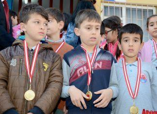 Gönül Kemal Reisoğlu İlkokulu tarafından İstiklal Marşı'nı ezberleyen 340 öğrenciye madalyaları düzenlenen törenle verildi.