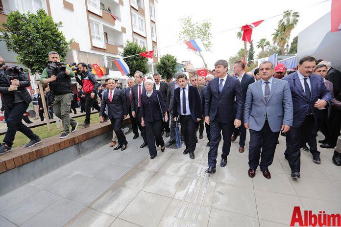 Demre'de, hain bir terör saldırısı sonucu öldürülen Rusya Federasyonu Ankara Büyükelçisi Andrey Karlov'un adının verildiği caddenin ve anıtının açılışı gerçekleştirildi.