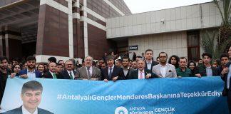 Büyükşehir Belediyesi'nin fetih kutlamaları kapsamında Antalyalılarla buluşturduğu Prof. Dr. İlber Ortaylı'ya ilgi AKM'ye sığmadı. Salon dolup taşarken, yüzlerce vatandaş dışarıda kurulan ekranlardan konferansı izledi.
