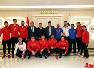 Belarus'ta yapılacak Avrupa Salon Atletizm Şampiyonası hazırlıklarını Antalya'da sürdüren İşitme Engelliler Atletizm Milli Takımı, Antalya Büyükşehir Belediye Başkanı Menderes Türel'i makamında ziyaret etti.