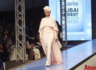 Kenya'daki Birleşmiş Milletler mülteci kampından moda dünyasının en ünlü top modellerinden biri olma hikâyesiyle ilgi çeken dünyanın ilk tesettürlü top modeli Halima Aden Modanisa için Türkiye'ye geliyor.