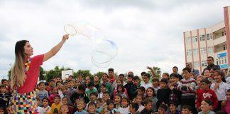Büyükşehir Belediye Başkanı Menderes Türel'in Antalyalı çocuklara armağanı olan Şeker Portakalı Çocuk Etkinlik Aracı Finike Hasyurt İlkokulu'nda park etti. Çocuklar şeker gibi etkinlikte doyasıya eğlendi.