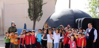 Antalya Büyükşehir Belediyesi, ilçelerdeki okullarda Planetaryum (Gezegen Evi) gösterisiyle öğrencilere evreni tanıtıyor.