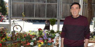 İsmail Haboğlu, çiçek tanzimlerini ÇYDD Bahar Kermesi'nde dernek yararına satışa sundu