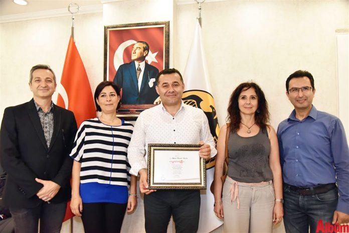 Patika Engelsiz Yaşam Gönüllüleri Derneği Başkanı Levent Benal ve yönetim kurulu üyeleri, engelli vatandaşlara verdiği destek için Alanya Belediye Başkanı Adem Murat Yücel'i ziyaret ederek teşekkür plaketi verdi.