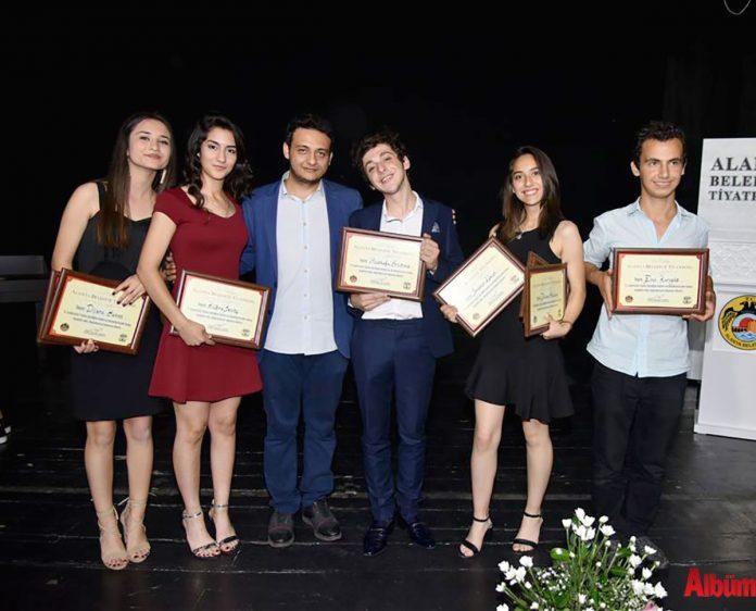 """Alanya Belediyesi Tiyatrosu tarafından organize edilen """"6. Liseler arası Tiyatro Şenliği"""" Alanya Kültür Merkezi'nde (AKM) düzenlenen """"Teşekkür ve Ödül Töreni"""" ile sona erdi."""