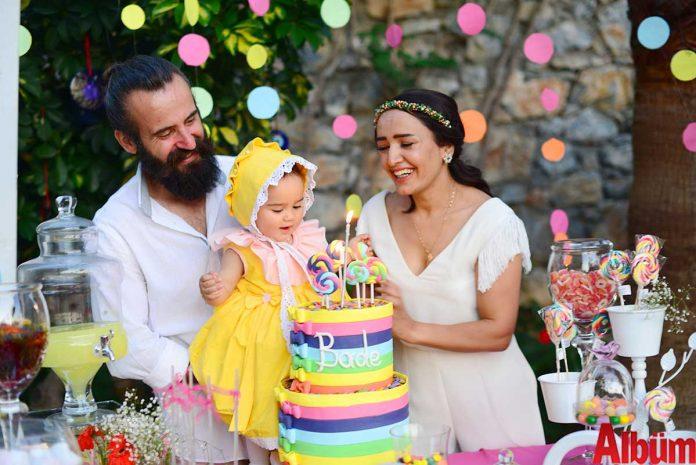 Beyaz Sigorta çalışanı Süleyman Boz ile ev hanımı Fatoş Boz biricik kızları Bade için doğum günü partisi düzenlediler.