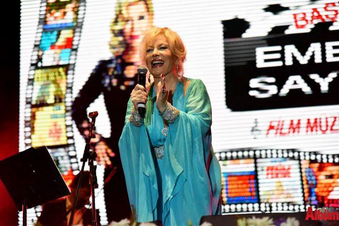Alanya Belediyesi tarafından bu yıl 18.'si düzenlenen Alanya Uluslararası Turizm ve Sanat Festivali'nin 2. akşamında Emel Sayın verdiği muhteşem konserle Alanyalı hayranlarıyla buluştu.
