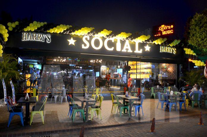 Social'dan kalabalık açılış
