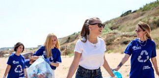 Serenay Sarıkaya sahilde çöp topladı