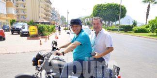 Motosiklet keyfi yaptılar Egzotic Tour Sahibi Cengiz Topçu ile Türkiye Seyahat Acentaları Birliği (TÜRSAB) Alanya Bölgesel Yürütme Kurulu (BYK) eski Başkanlığı yapmış olan Suat Çavuşoğlu objektiflerimize yakalandı.